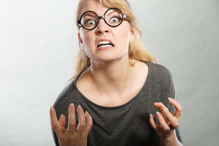 Psychologie frustration feelings concept. femme Furieux crier. Nedry fille en colère frustrée crier de colère. Banque d'images