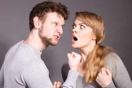 否定的な感情の概念。戦いの人。夫と妻と主張し、お互いに叫んで。引数を持っている表現力、感情的なカップル。