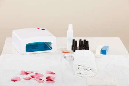 Manicure ibrido professionale gel con lampada UV portata al salone di estetista. Concetto di oggetti di trattamento termale benessere benessere Archivio Fotografico - 80267743