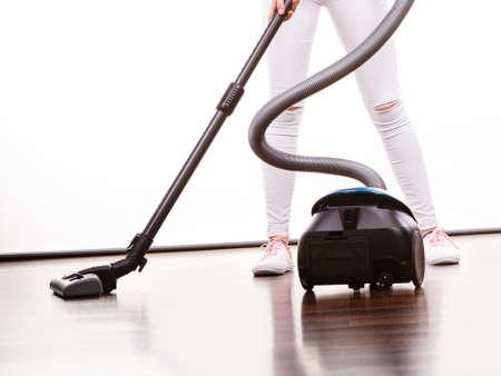 가정용 청소 도구 및 장치, 가사 의무 개념. 여자 다리와 진공 청소기
