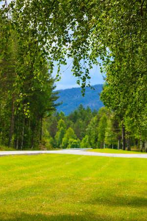 Strada che attraversa le montagne norvegesi di estate. Bel paesaggio. Viaggi e turismo.