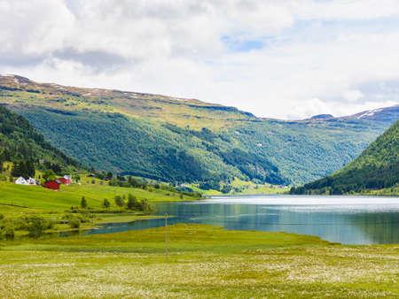 観光休暇と旅行。ノルウェー、スカンジナビアの夏の山の風景。 写真素材