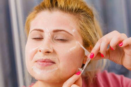 顔の乾燥肌と体のケア、肌治療ホーム コンセプトで。女性削除ゲルが顔からマスクをはがす
