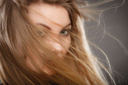Frisur- und Haarpflegekonzept. Porträt blonde reizend attraktive junge Dame mit dem offenen wellenartig bewegenden Haar. Frau mit gesunder und Schönheitsfrisurfrisur. Standard-Bild - 88606379