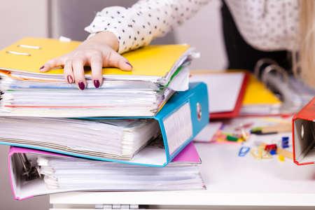 beaucoup de liants colorés avec des documents et des ordinateurs peints à l & # 39 ; intérieur des concepts de bureau. concept de Banque d'images