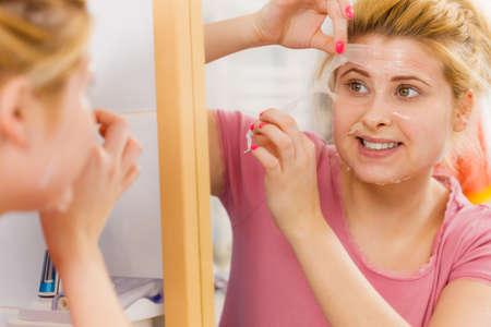 フェイシャルドライスキンとボディケア、家庭での顔色トリートメントをコンセプトに。顔からジェル剥離マスクを取り除く女性