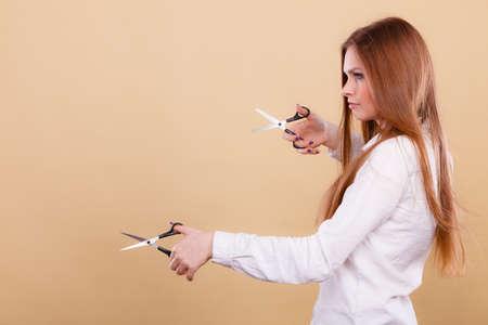 Cortar como una forma de cabello sano y fuerte. Chica peluquero con tijeras listas para recortar. Estilista tiene recortadoras preparadas para corte de pelo. Foto de archivo
