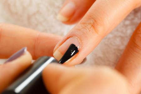 Gros plan de l'esthéticienne, peinture des ongles de cliente. Femme, beauté, spa, salon, faire, manucure