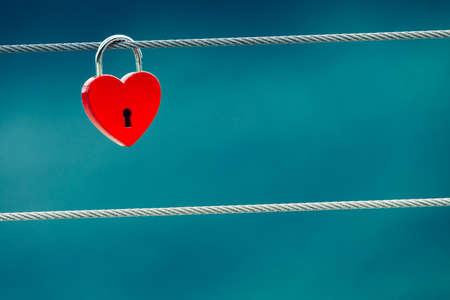 Turismo de vacaciones y viajes. Amor rojo en forma de corazón candado de bloqueo en el puente al aire libre, fondo borroso Foto de archivo - 99704185