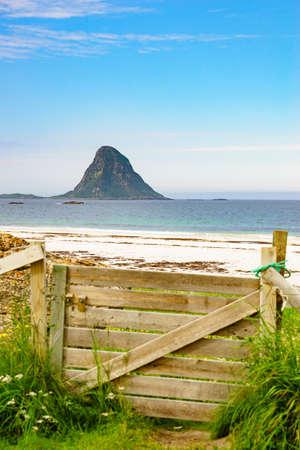Seascape, sea coast with sandy beach and island Bleiksoya in the distance, resort Bleik Andoya Norway. Vesteralen archipelago. 版權商用圖片 - 114909245