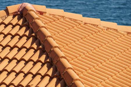 Rote Fliesen Dach Textur Architektur Hintergrund, Detail des Hauses Nahaufnahme Detail. Standard-Bild