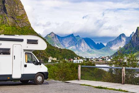 Wohnmobil Wohnmobil und Fjordlandschaft mit Dorf Reine im Sommer, Lofoten Norwegen. Camping in der Natur. Urlaub und Reisen im Wohnwagen.
