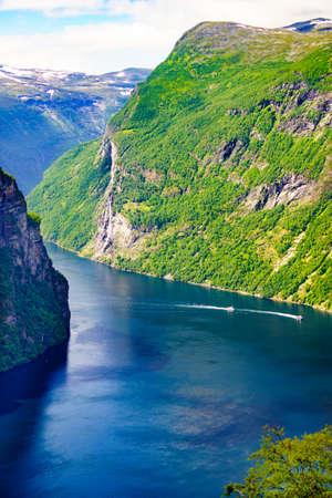 Tourismus Urlaub und Reisen. Schöne Aussicht über den magischen Geirangerfjord vom Aussichtspunkt Ornesvingen, Norwegen Skandinavien.