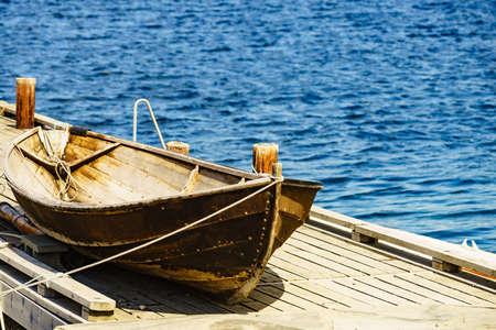 Vecchia barca di legno sul molo, paesaggio di montagne del fiordo, Norvegia Europe