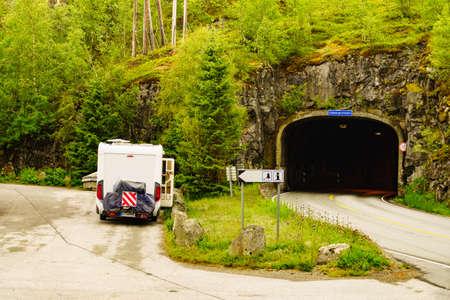 山のトンネルの道端にキャンピングカーのモーターホーム。旅行中のキャンプ。ノルウェースカンジナビアヨーロッパ。 写真素材