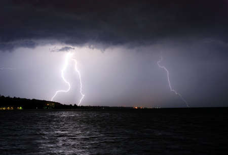 Gewitter über dem See  Standard-Bild