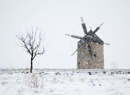 Windmühle in blizzard  Standard-Bild