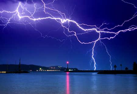 rayo electrico: Un rayo sobre el lago