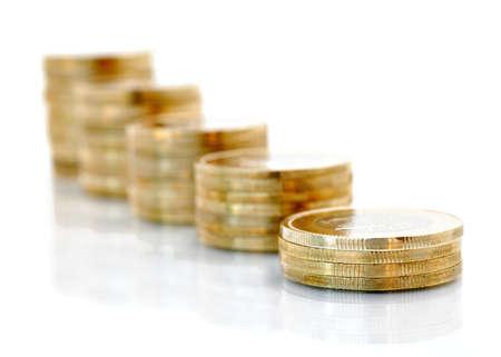 Goldene Münzen isoliert auf weißem Hintergrund