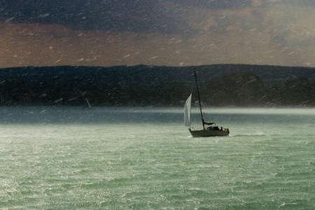 Sailboat in a rainstorm Standard-Bild