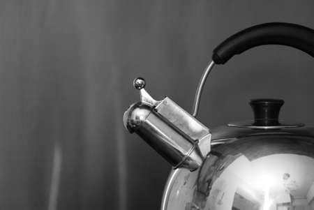 evaporarse: De ebullici�n de agua caliente en un silbido de tetera