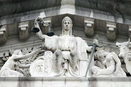 orden judicial: La figura central en el t�mpano es el de Justicia, con una cifra de inmediato a su izquierda que representa la p�rdida de alma para pedir la protecci�n de ella. Front�n escultura de la antigua Corte Suprema de Justicia, Ayuntamiento Singapur  Foto de archivo