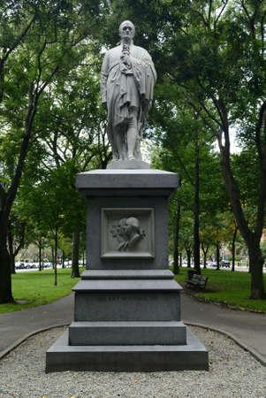 alexander hamilton: Commonwealth avenue a Boston, Massachusetts, USA.  La statua di Alexander Hamilton.  Fu il primo tesoro degli Stati Uniti Segretario al. Archivio Fotografico