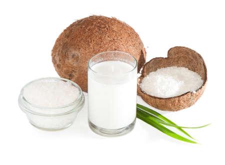 cocotier: Noix de coco, le lait et les copeaux de noix de coco isol� sur blanc Banque d'images