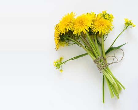 Blumenstrauß Der Löwenzahn-Blumen In Der Weißen Schale. Schöne Gelbe ...