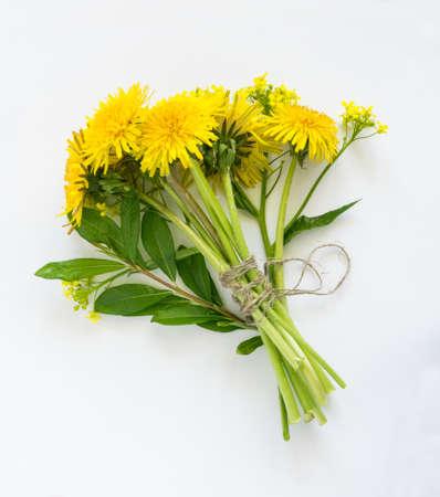 Blumenstrauß Aus Löwenzahn Blumen Auf Weißem Hintergrund. Schöne ...