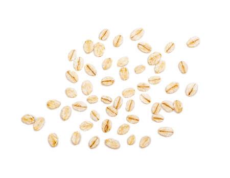 Flocons d'avoine crus secs isolés sur fond blanc. Grains plats roulés de blé, son, orge, céréales de seigle pour muesli ou granola