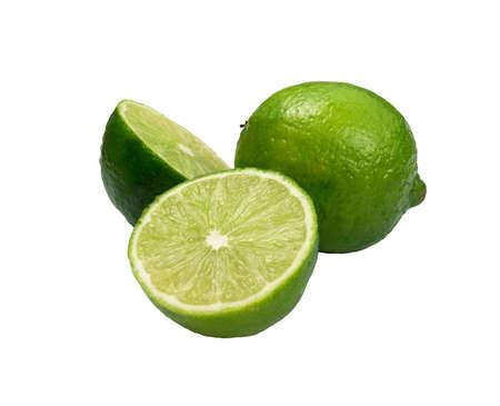 Sour key lima entera y en rodajas aislado sobre fondo blanco. Un poco de limón verde jugoso o cítricos orgánicos frescos