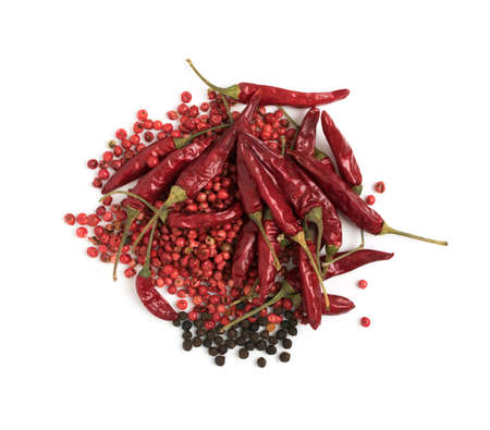 Heap of Dry Red Chili Peppers, Black and Pink Pepper Isolated on White Background Top View. Peppercorn Mix for Packaging Advertising, Indian Menu or Food Design Banco de Imagens
