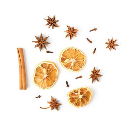 Trockene Gewürze für Glühwein mit dehydrierten geschnittenen Zitrusfrüchten isoliert auf weißem Hintergrund Draufsicht. Winterorientalische Gewürze wie getrocknete Zitrone, Nelke, Zimt und Anissterne Standard-Bild