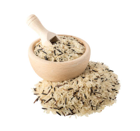Heap of Raw Dry Black Wild Rice and Parboiled Long-Grain White Rice in Round Wood Bowl Isolated on White Background Banque d'images