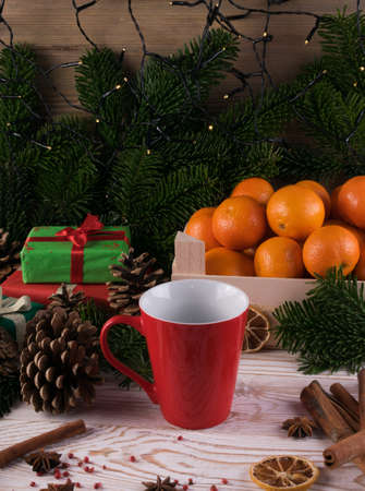 Winter drink with spices on festive new year background. Mulled wine or Christmas tea with cinnamon, red pepper, anise and lemon on rustic woden background Imagens - 124784558