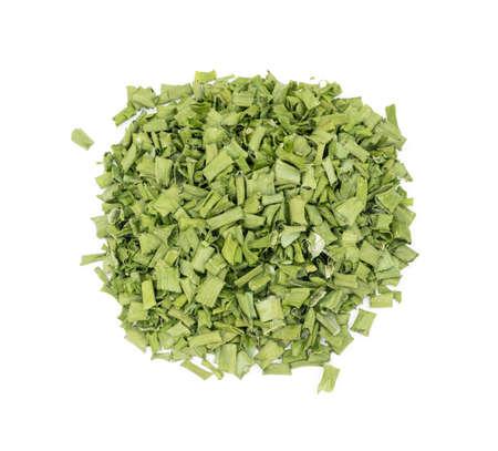 Ciboulette sèche ou oignon vert déshydraté isolé sur fond blanc vue de dessus. Oignon de printemps séché haché close up