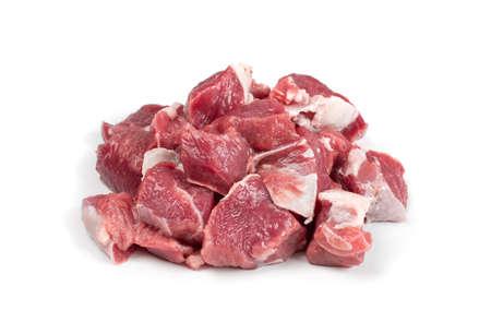 Filete de cordero picado crudo, solomillo cortado en cubitos o carne de solomillo de cordero en cubos aislado. Filete de oveja fresco en dados, lomo de lomo con pimienta molida para brochetas