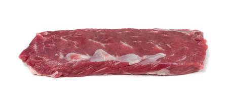 Filetto di filetto di agnello crudo o carne di controfiletto di montone isolato su priorità bassa bianca. Filetto di pecora fresco, primo piano di filetto di lonza