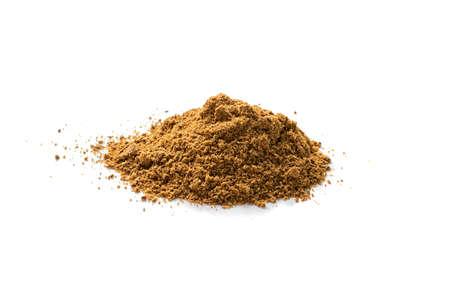Mucchio del mix di polvere di garam masala isolato. Miscele di spezie macinate ed erbe aromatiche con finocchio in polvere, pepe in grani macinato, chiodi di garofano, cannella, macis, cardamomo, curry, cumino, coriandolo