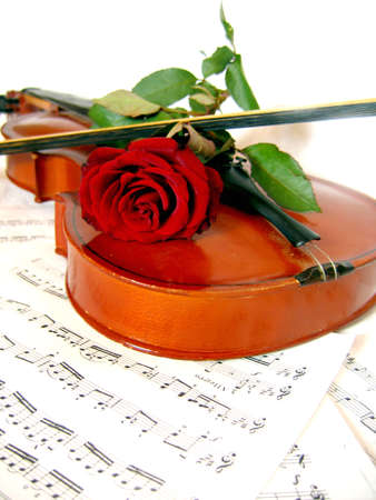 Violin with bow and red rose on music sheet Stock Photo - 1668802