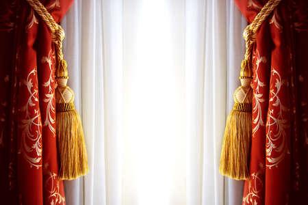 curtain design: Sipario rosso di lusso con una copia di spazio in mezzo
