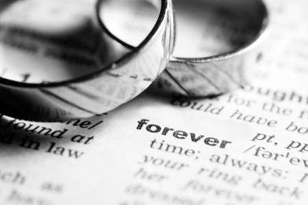 anillo de boda: Anillos de boda cerca de entrada de diccionario de palabras para siempre, en blanco y negro