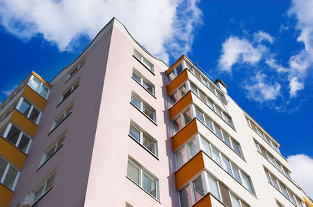 logements: nouveaux immeubles sur un ciel bleu Banque d'images