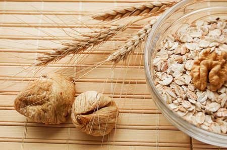 oatmeal: Avena en bol con nueces, higos y trigo