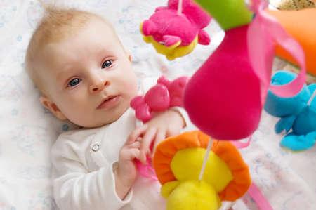sonajero: Ni�a de tres meses de edad jugando con juguetes