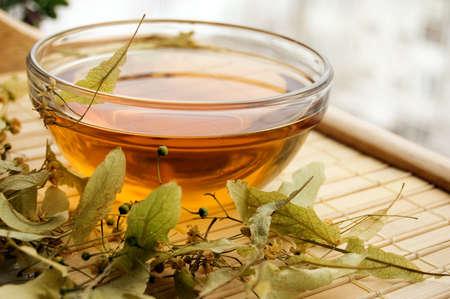 linde: Tasse Tee von trockenen Linde Blume