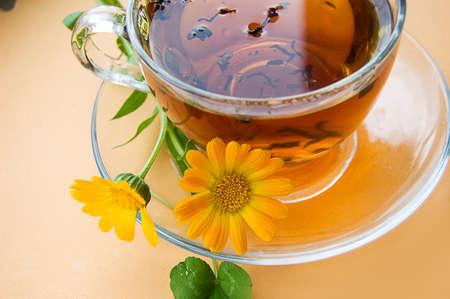 wei�er tee: Teetasse mit Blumen Ringelblume