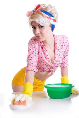 pin up vintage: Pinup donna con spugna e schiuma isolato su bianco