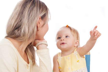 niÑos hablando: Hijita mostrando madre algo aislado en blanco, se centran en el bebé